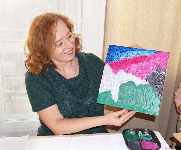 Uczestniczka Warsztatu Vedic Art prezentuje swój obraz.