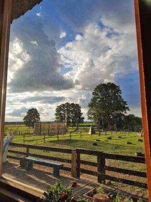 09 warsztaty Vedic Art Marta Kolarz siedlisko leluja stodola widok z okna